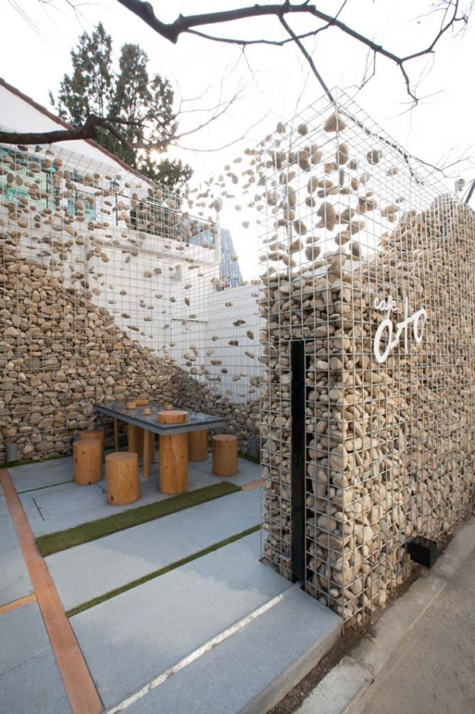 Ограда из габионов во дворе частного дома