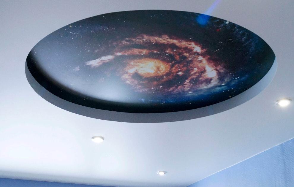 Натяжной потолок с фотопечатью звездной галактики
