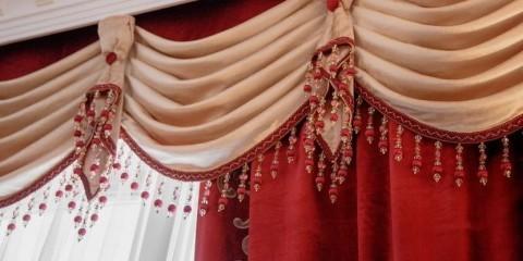 Декорирование мягкого ламбрекена с помощью галстука