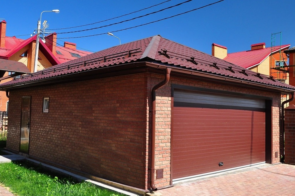 Металлочерепица на крыше гаража в частном доме