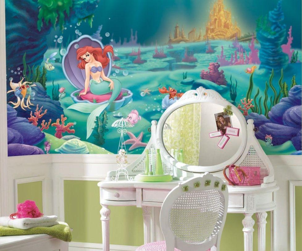 Туалетный столик в комнате юной модницы