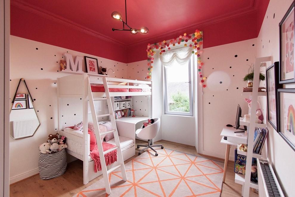 Красно-розовый потолок в детской для двоих
