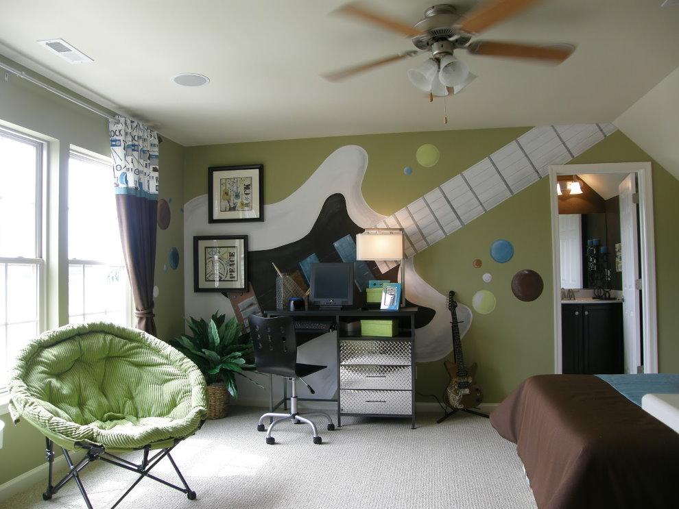 Гитара на стене детской комнаты для мальчика-подростка