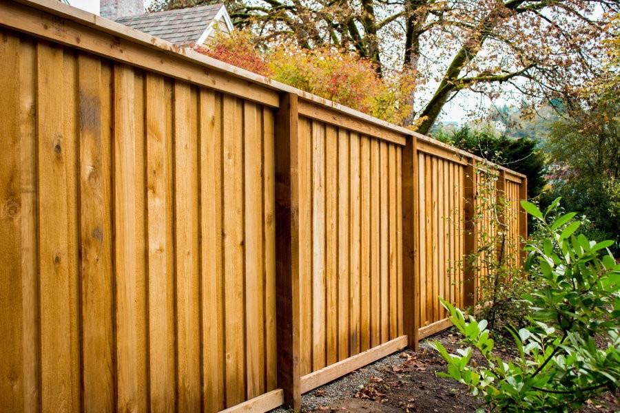 Ограждение дачного участка глухим деревянным забором