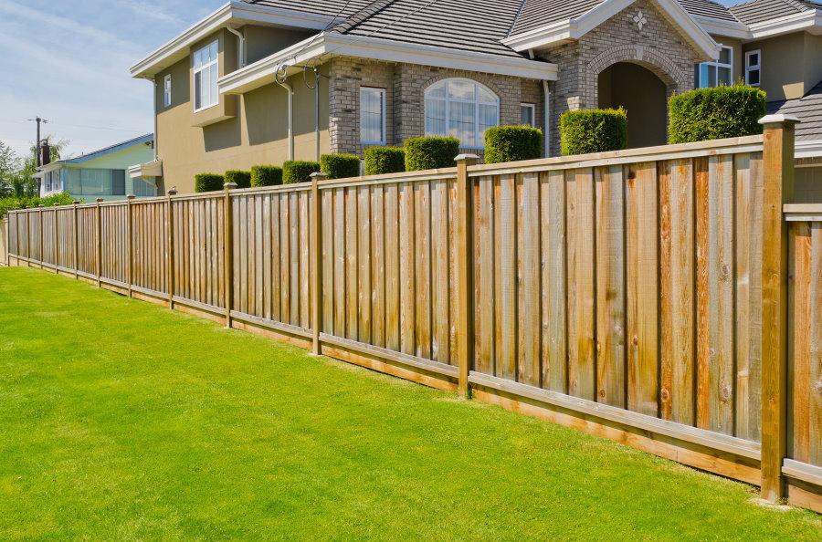 Деревянный забор перед двором частного дома