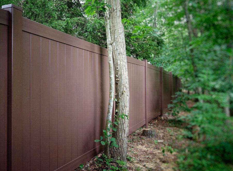 Пластиковый коричневый забор глухого типа