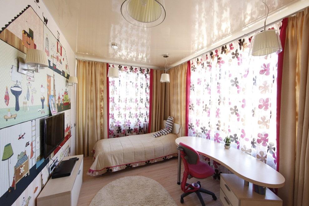Бежевый потолок натяжного типа в комнате девочки