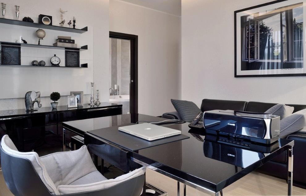 Черный блестящий стол в домашнем кабинете