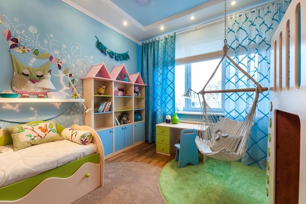 Подвесное кресло в голубой детской комнате