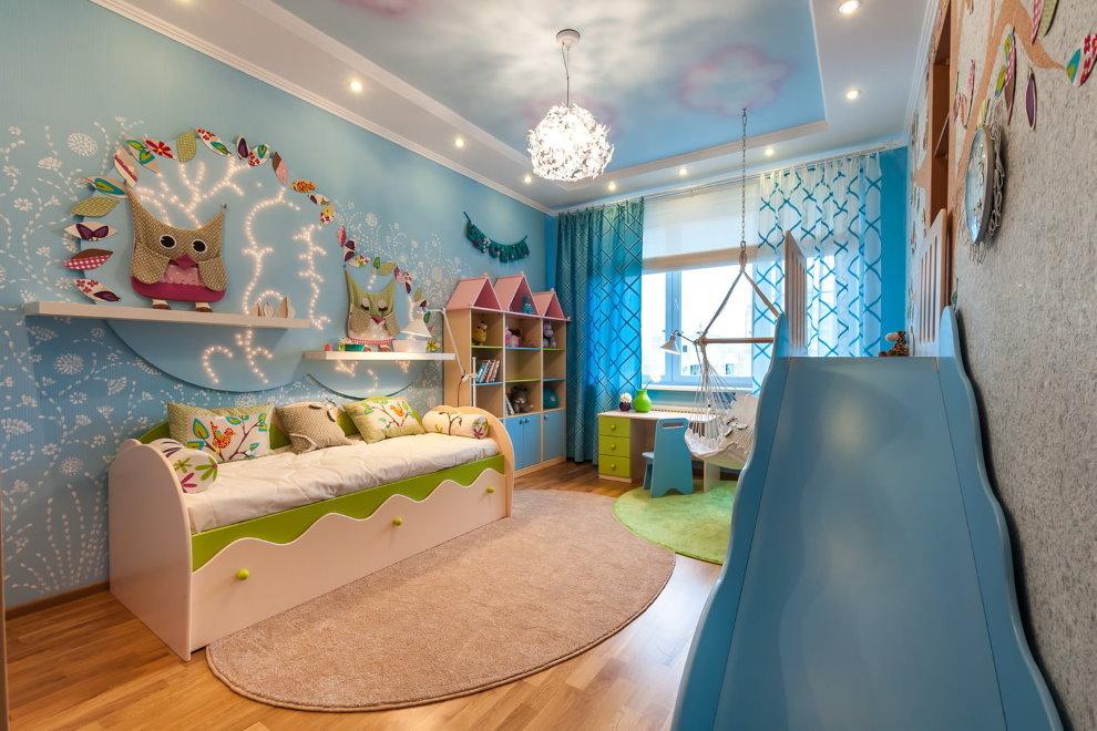 Детская горка в комнате с натяжным потолком