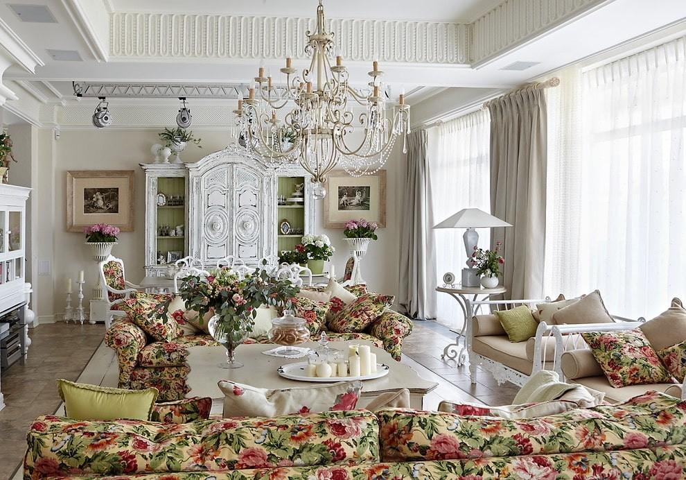 Красивая гостиная комната в загородном доме