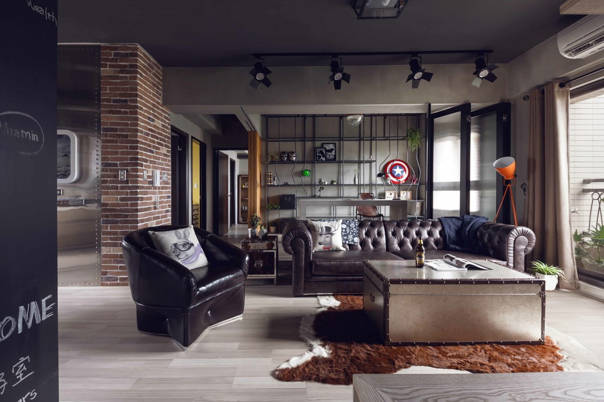 темный диван в гостиной