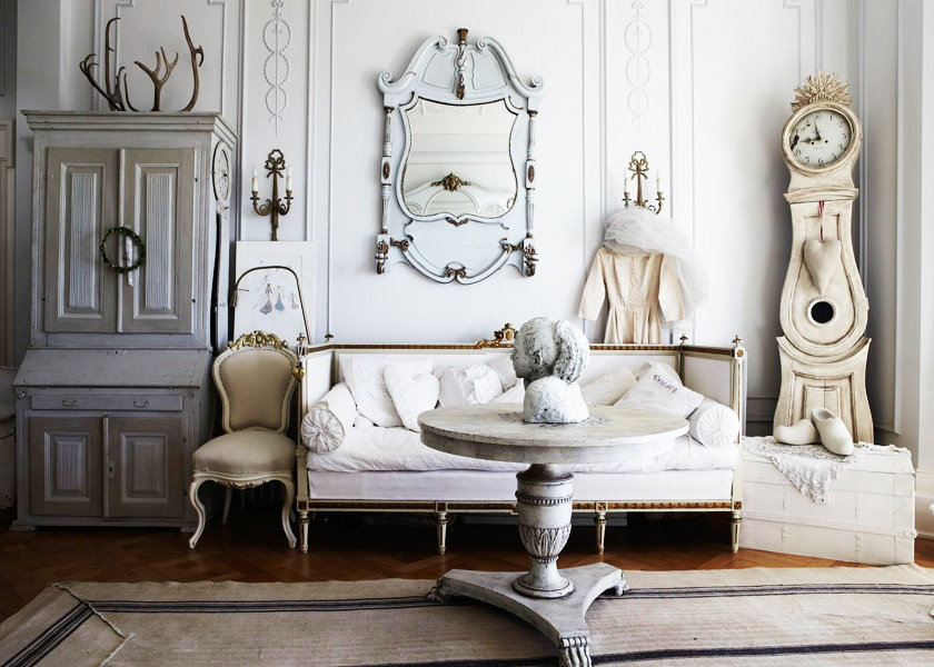 Старая мебель в гостиной деревенского стиля