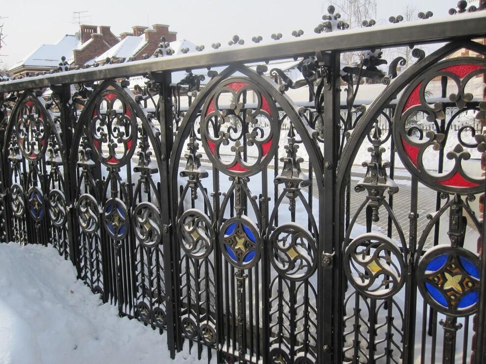 Металлический забор в стиле готика на дачном участке