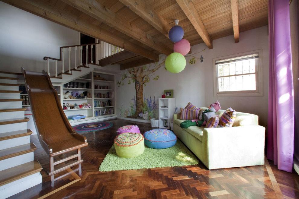 Место для игр в интерьере деревянного дома