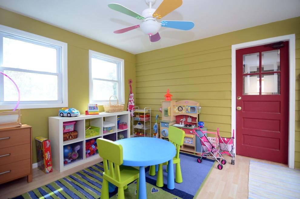 Небольшой стеллаж в игровой зоне детской комнаты