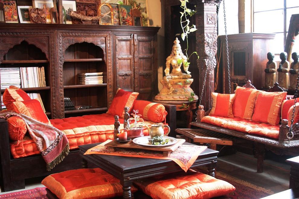 Яркие сидения с национальными орнаментами на индийской мебели
