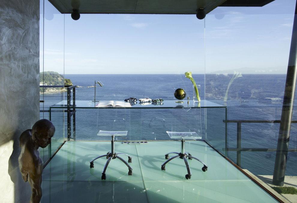 Стеклянный кабинет в доме на берегу моря