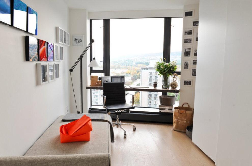 Белые стены рабочего кабинета в городской квартире