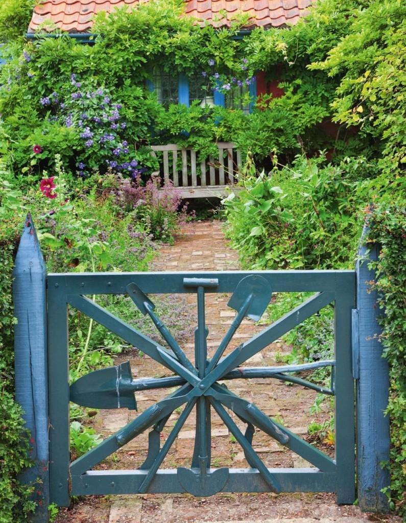 Садовая калитка из старых лопат