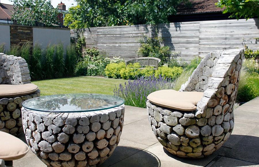 Кресло из деревянных чурбаков в саду эко стиля