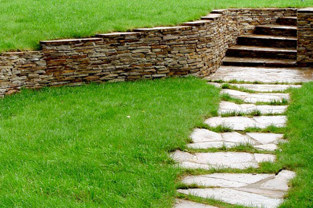 Каменная стена на участке со сложным рельефом