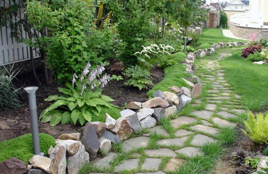 каменный бордюр вдоль садовой тропинки