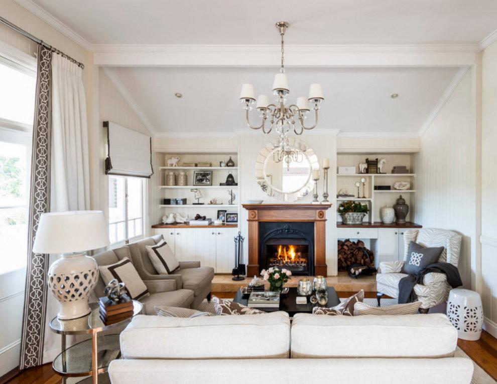 Светлая гостиная с дровяным камином