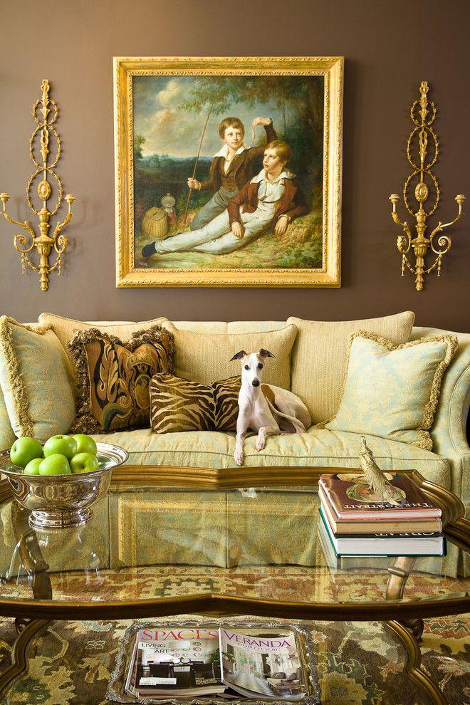 Квадратная картина над диваном в классическом зале