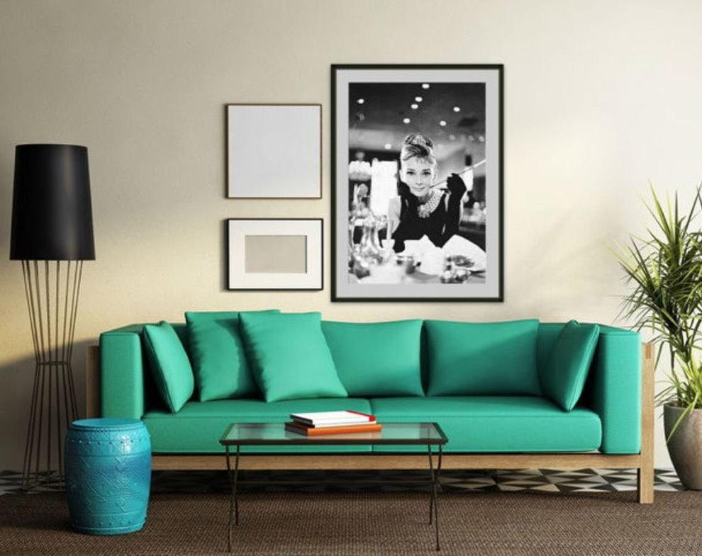 Фото девушки на стене над диваном