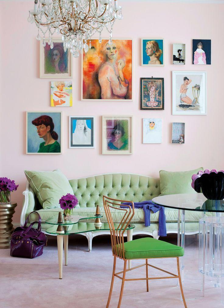 Коллекция винтажных картин на светлой стене зала