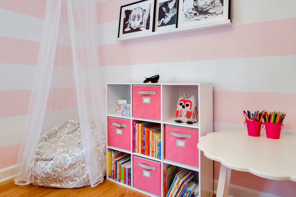 Черно-белые фото на полочке в детской комнате