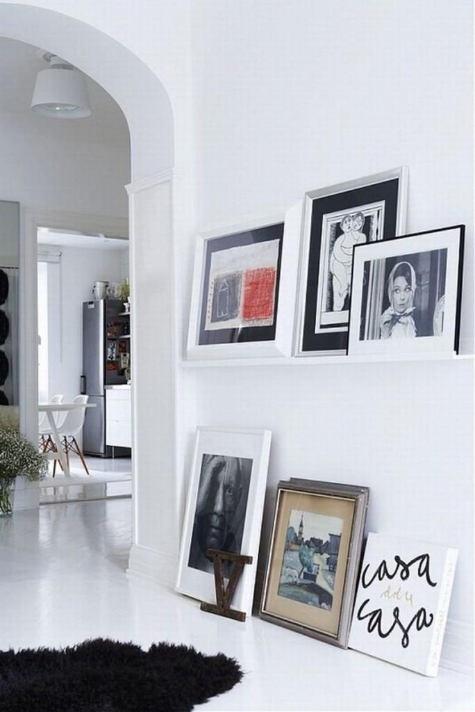 Картины на фоне белоснежной стены гостиной