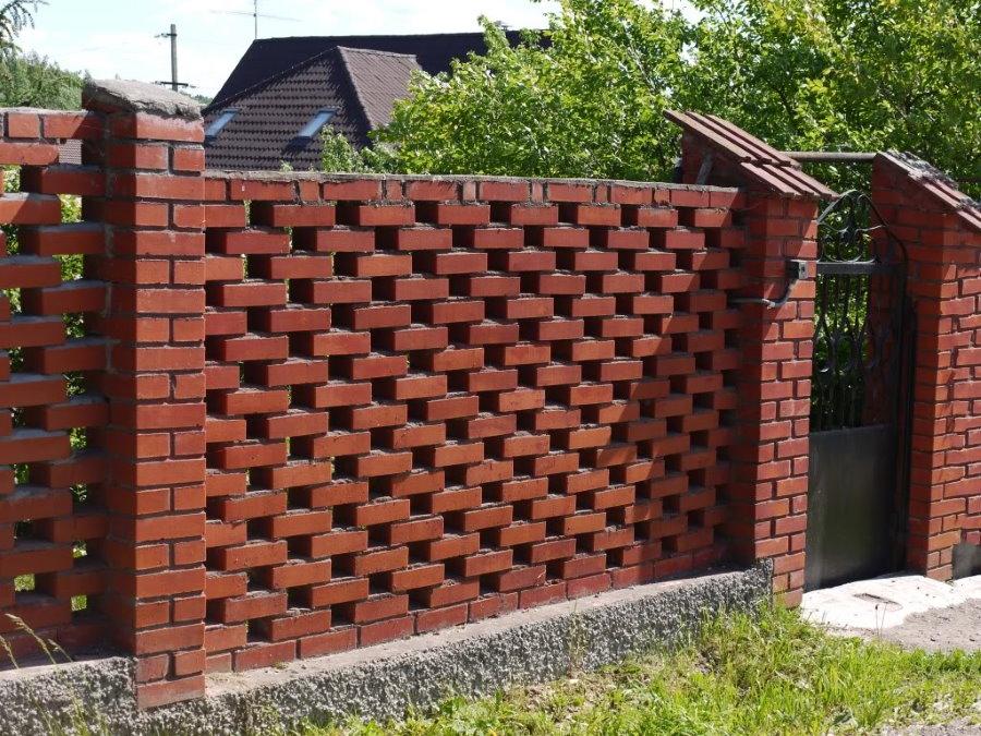 Забор на даче из красного кирпича