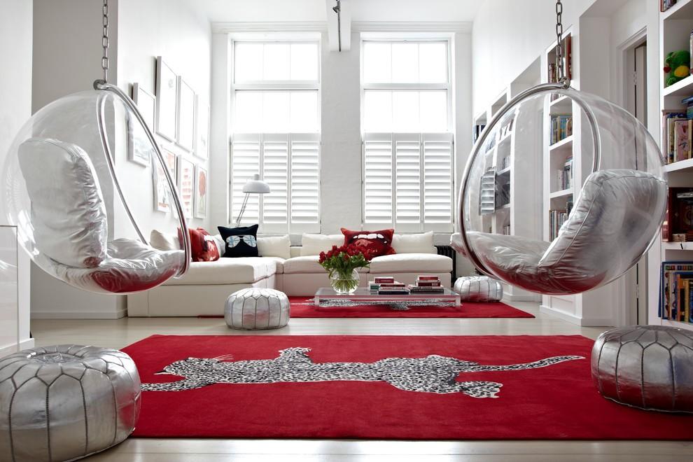 Бардовый ковер с серым рисунком в комнате с белыми стенами