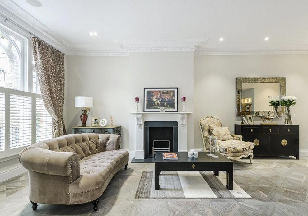 Светлая гостиная с классическим диваном