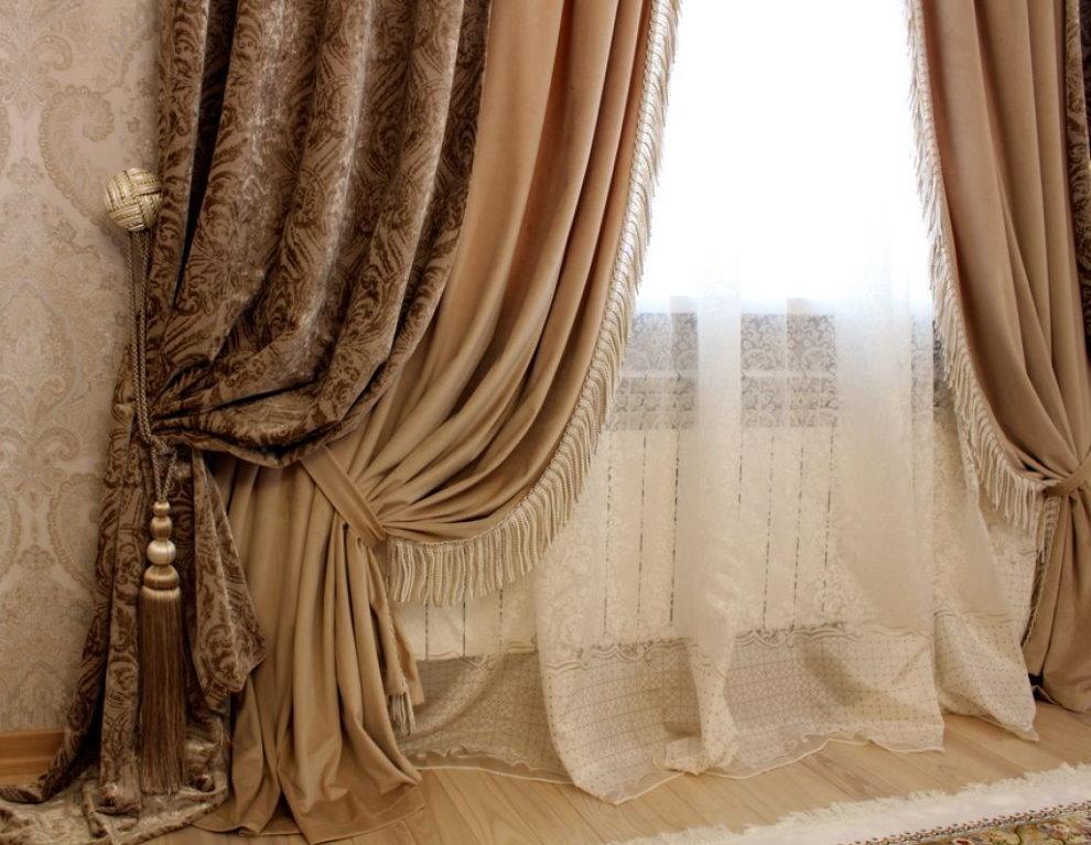 Бежевые шторы в классическом исполнении