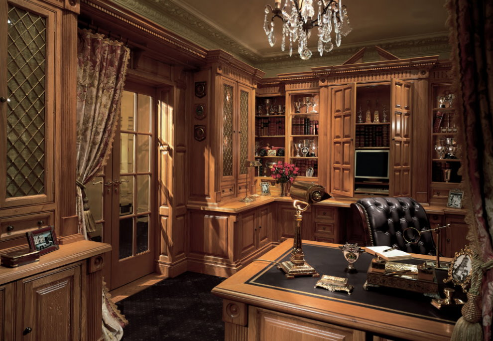 Деревянная мебель в домашнем кабинете классического стиля