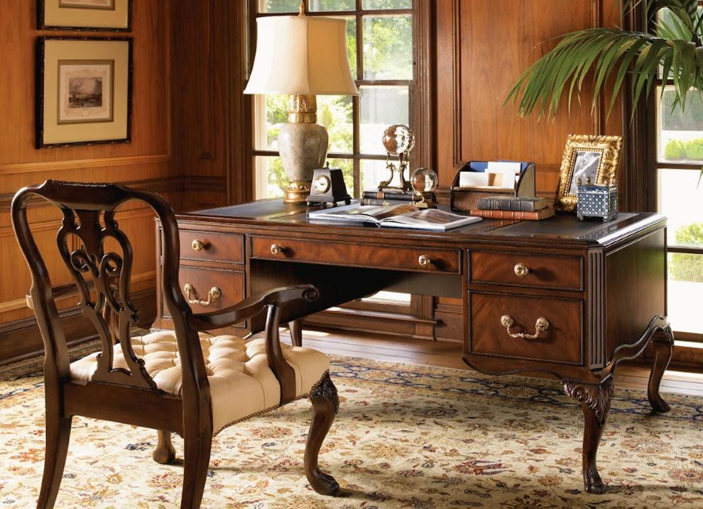 Деревянный стол для классического кабинета