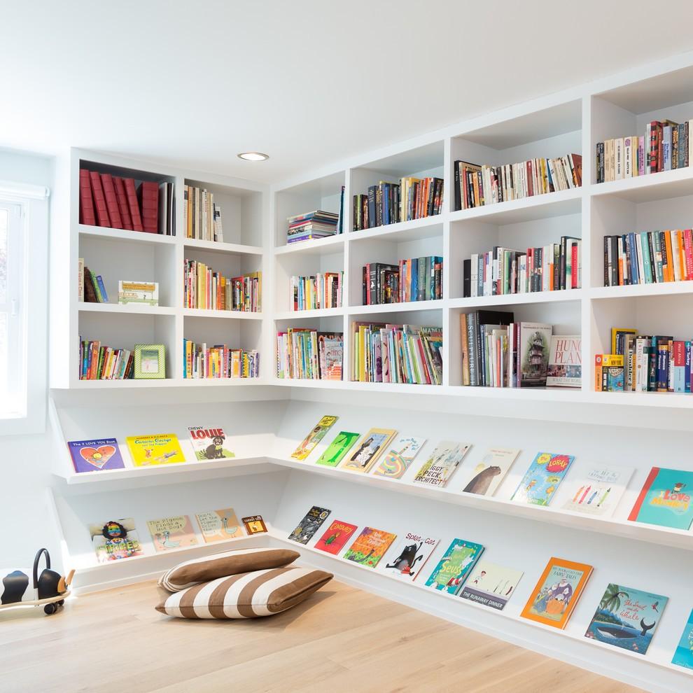 Вместительный стеллаж для хранения книг в детской
