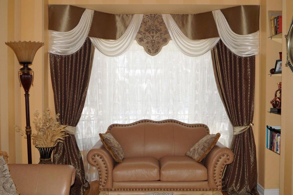Окно зала с комбинированным ламбрекеном