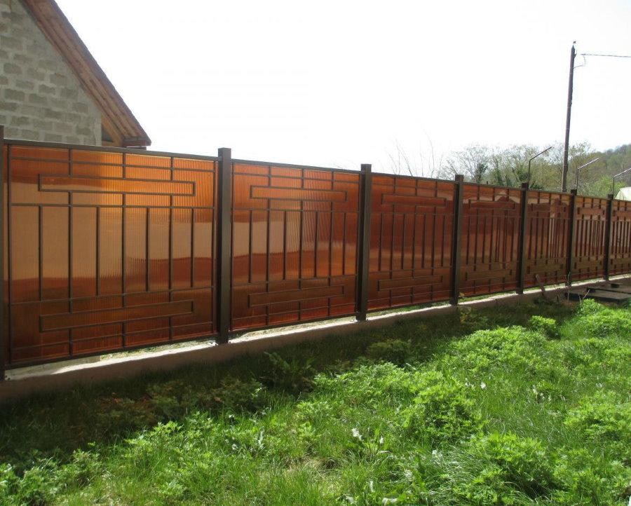Металлический забор с листами поликарбоната