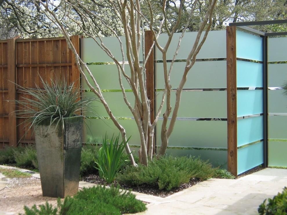 Дворовый забор из комбинации различных материалов