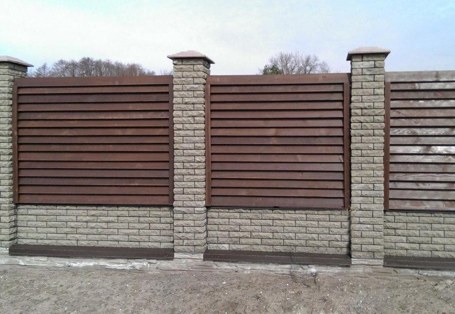 Забор на столбах из декоративного кирпича