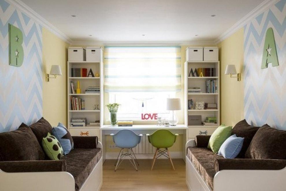 Интерьер комнаты для двоих детей с рабочем местом у окна