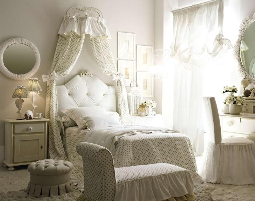 Белая мебель в комнате для девочки