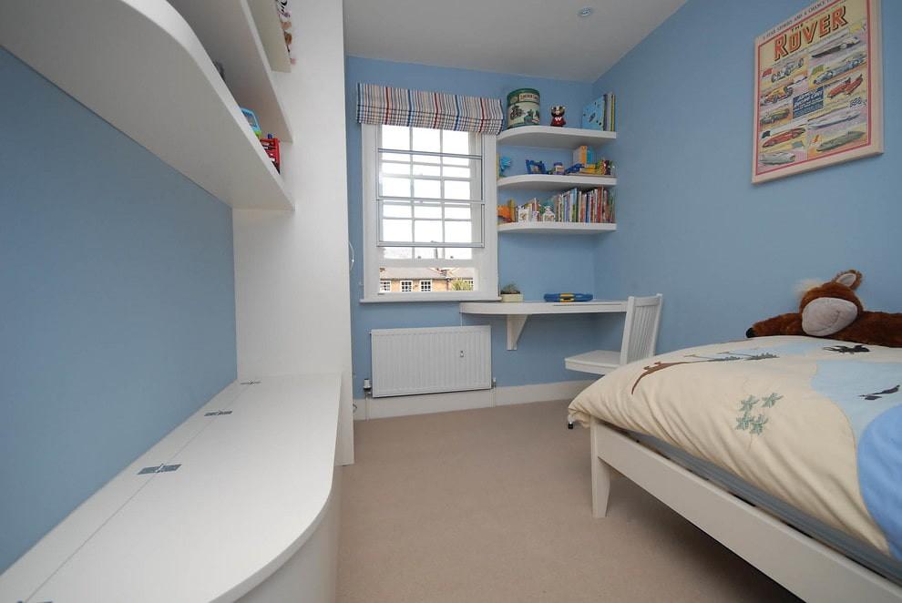 Голубые стены детской комнаты