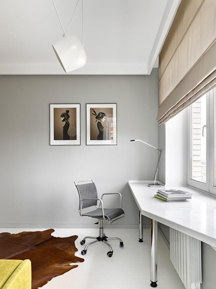 Удобный столик на месте подоконника в светлой комнате