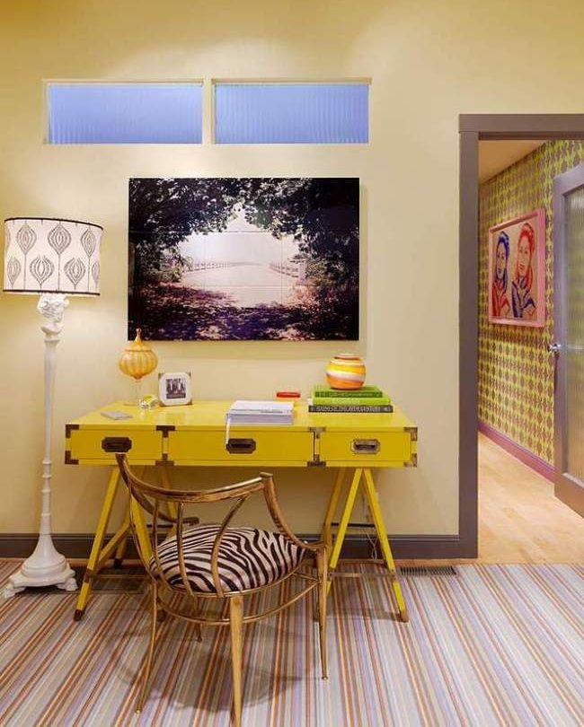 Желтый стол для комнаты молодой девушки