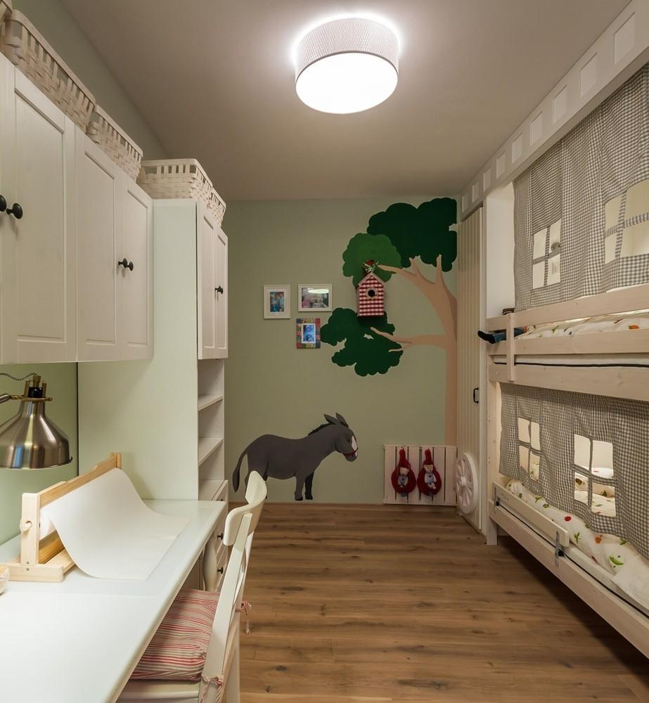 Декорирование узкой стены в маленькой комнате